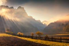 在秋天颜色的多山风景 免版税库存照片
