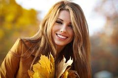 在秋天颜色的妇女纵向 免版税图库摄影