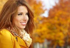 在秋天颜色的妇女纵向 免版税库存图片
