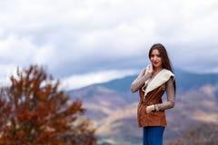 在秋天颜色的少妇画象 图库摄影