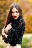 在秋天颜色的少妇画象 免版税图库摄影