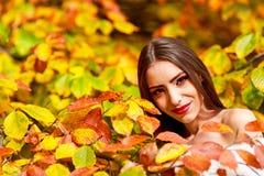 在秋天颜色的少妇画象 库存照片