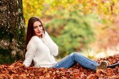 在秋天颜色的少妇画象 免版税库存图片