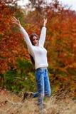 在秋天颜色的少妇画象 免版税库存照片