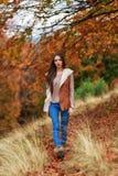 在秋天颜色的少妇画象 库存图片