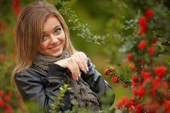 在秋天颜色的新深色的妇女纵向 免版税图库摄影