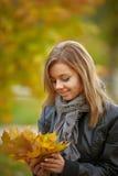 在秋天颜色的新深色的妇女纵向 库存照片