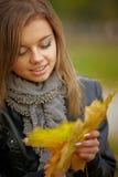 在秋天颜色的新深色的妇女纵向 免版税库存图片