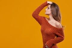 在秋天颜色的新深色的妇女纵向 图库摄影