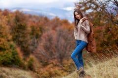 在秋天颜色的深色的妇女纵向 库存图片