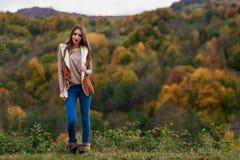 在秋天颜色的深色的妇女纵向 图库摄影