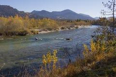 在秋天颜色的田园诗伊萨尔河河弯 免版税库存照片