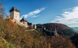 在秋天颜色的Karlstejn城堡 免版税库存图片