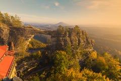 在秋天颜色的Pravcicka门,漂泊撒克逊人的瑞士,捷克 免版税库存图片