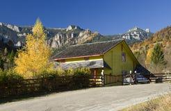 在秋天风景的瑞士山中的牧人小屋 库存图片