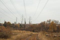 在秋天风景的输电线 免版税库存图片
