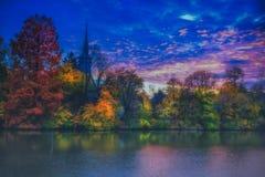 在秋天风景的overfiltered雾从Herastrau公园 免版税库存图片