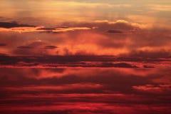 在秋天风暴前的日出 免版税库存照片