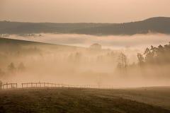在秋天黎明的有雾的小山,捷克语 免版税库存图片