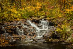 在秋天2的小瀑布 库存图片