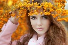 在秋天黄色公园,秀丽po的美丽的微笑的少妇 免版税库存照片