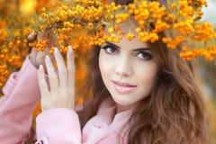 在秋天黄色公园,秀丽po的美丽的微笑的少妇 库存图片