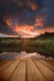 在秋天Fall湖的美好的日落有透明的reflec的 免版税库存图片