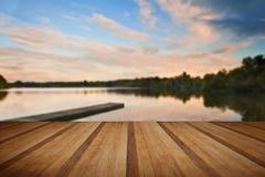 在秋天Fall湖的美好的日落有透明的reflec的 免版税图库摄影
