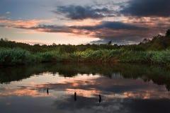在秋天Fall湖的美好的日落 免版税图库摄影