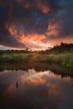 在秋天Fall湖的美好的日落 库存照片