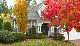 在秋季期间的住宅家 免版税库存照片