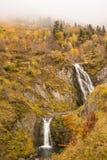 在秋季比利牛斯山的瀑布 免版税库存图片