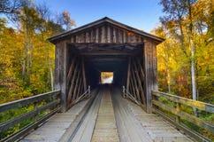 在秋季的老被遮盖的桥 免版税库存照片