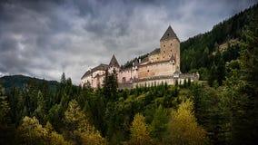 在秋季萨尔茨堡风景的中世纪城堡Moosham,奥地利 免版税库存照片