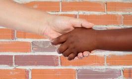 在种族之间的握手 库存照片