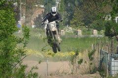 在种族期间,摩托车骑士在天空中跳 图库摄影