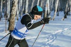 在种族期间的特写镜头老男性滑雪者在森林 免版税库存图片