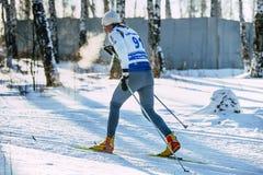 在种族森林经典之作样式期间的男性运动员滑雪者 当呼吸时,蒸发 图库摄影