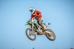 在种族的摩托车越野赛车手 免版税库存图片