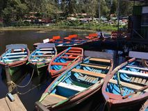 在科代卡纳尔小山手段的五颜六色的小船 库存图片