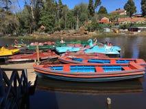 在科代卡纳尔小山手段的五颜六色的小船 库存照片