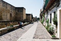 在科多巴犹太处所的老罗马墙壁 免版税库存照片