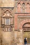 在科多巴,安大路西亚,西班牙人民阵线圣伊尔德丰索门和门面,清真大寺的摩尔人门面 免版税库存图片