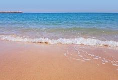 在科威特的阿拉伯岸的原始桑迪海边海滩 库存照片