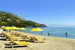 在科孚岛太阳懒人的Ipsos海滩 图库摄影