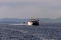 在科孚岛旁边海岛的一艘浮动船  库存图片