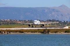 在科孚岛机场的乘客飞机 免版税库存照片