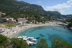 在科孚岛海岛上的Paleokastritsa海滩  免版税库存照片