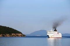 在科孚岛海岛附近的巡洋舰航行 图库摄影