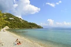 在科孚岛游人的Ipsos海滩 库存图片